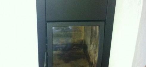 Ein Kaminofen ist ein Ofen, der vor oder neben einem Schornstein steht, an diesen angeschlossen ist und entweder aus Gusseisen oder Stahlblech besteht. Er besitzt eine geschlossene Brennkammer, die mit […]