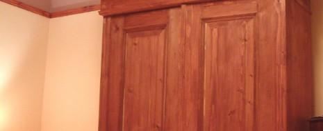 Der Schrank ist ein Möbelstück, das sich in den meisten Fällen abschließen lässt, in jedem Falle aber geschlossen werden kann. Entwickelt hat sich der Schrank aus der Kastentruhe, das heißt […]